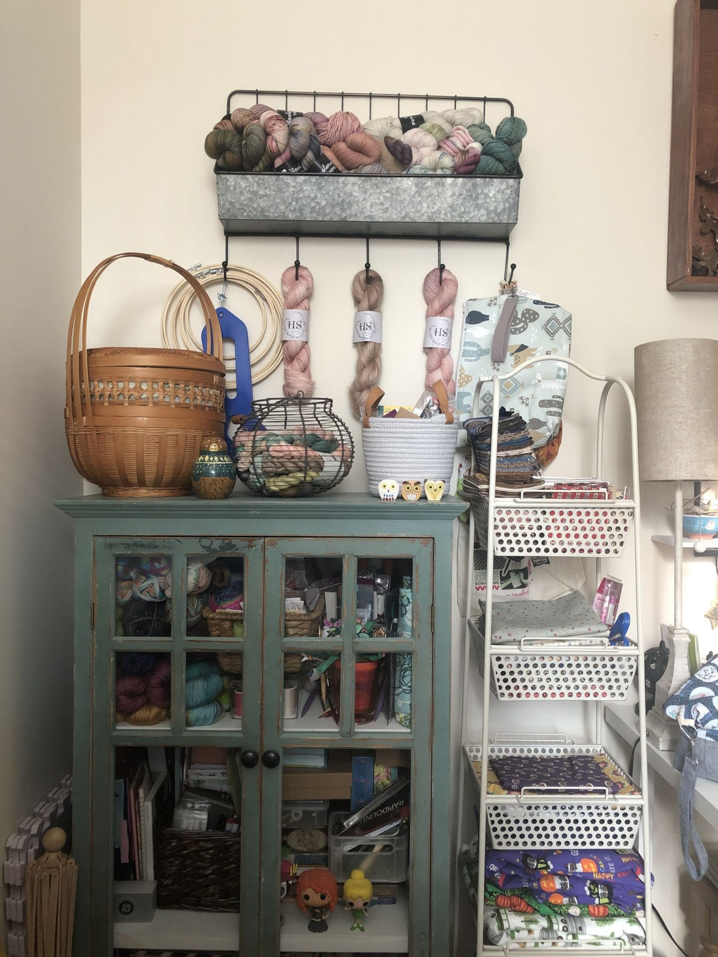 North Carolina blogger Rebecca Lately shares her office and guest room inspiration. If you need to combine an office, guest room & craft room, check it out!