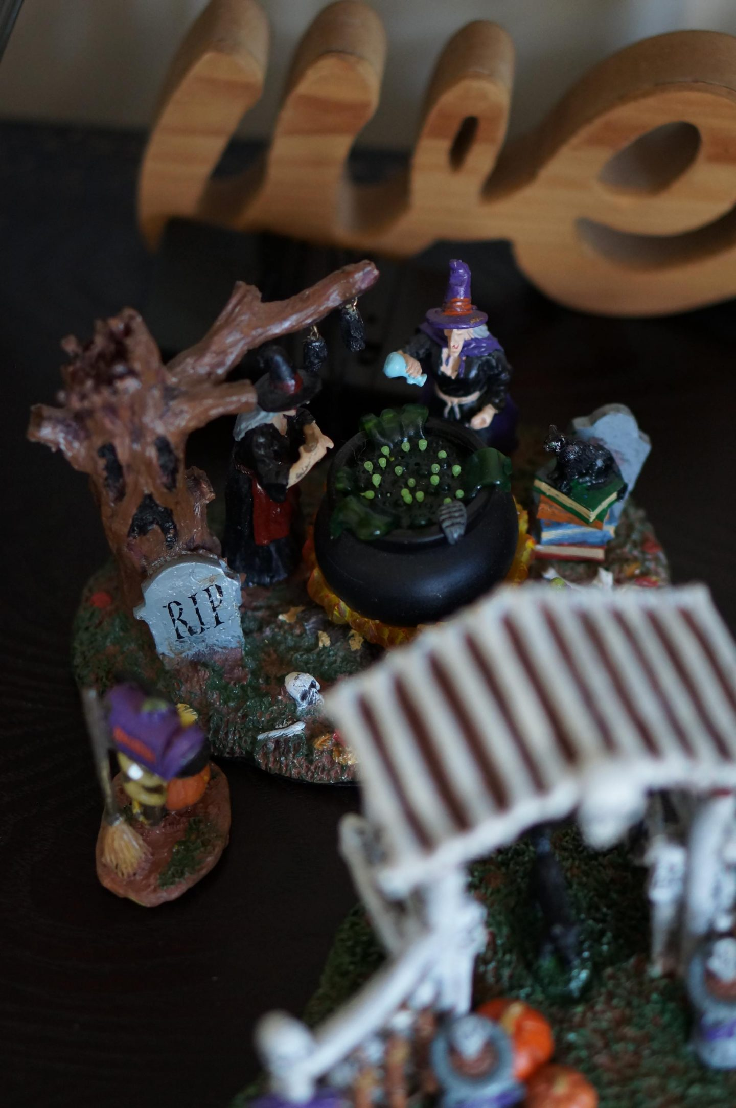 NC blogger Rebecca Lately is sharing her simply Halloween decor for 2020. Check out for cozy and simple inspiration.