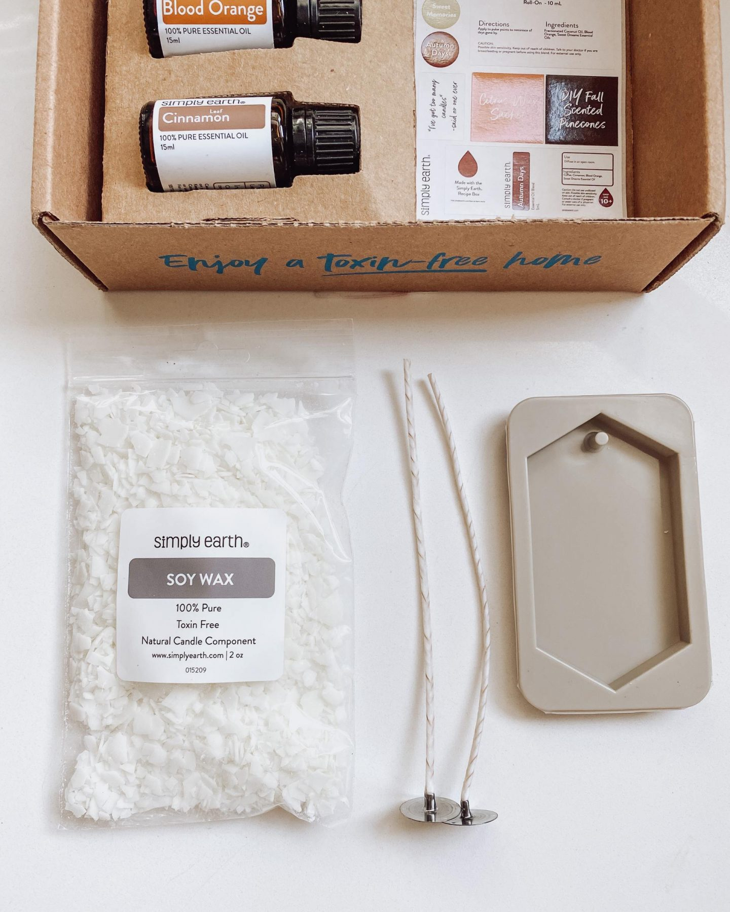 NC blogger Rebecca Lately is sharing her Simply Earth September 2021 box. This month's theme is candle making, the perfect Fall DIY recipe!